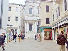 サン・サルヴァドール教会。   標準のイタリア語だとサン・サルヴァトーレとなるようです。 Chiesa di San Salvatore (ヴェネチア風ならSan Salvador)。  イタリアにもかなりの方言があると聞きました。