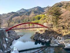 木曽の桟は対岸へ架した橋ではなく断崖絶壁に平行して作られた丸太の柱に板を敷いた桟道だったそうです