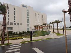 やんばるのパワースポットを巡ってこの日のホテルへ。 瀬底島に2020年7月にオープンしたばかりの 「ヒルトン沖縄瀬底リゾート」  ヒルトン日本初のビーチリゾートホテルとして、透明度抜群の天然ビーチを有する瀬底島に誕生。(HPより抜粋) 2020年7月に新築オープンしたばかり。 以前訪れた美しい瀬底ビーチにヒルトンが出来ると知った時から 行ってみたい!と思っていました。 今回飛行機を予約した瞬間・・宿泊はここ!と即決。 最上階にあるエグゼクティブラウンジのロケーションが魅力的だったので エグゼクティブルーム一択で予約しました。  せっかくなので早めにチェックインしたかったけど 辺戸岬からは思ったより時間がかかり・・1時間40分ほどで到着。 瀬底大橋を渡り瀬底ビーチへまっしぐら。 ビーチの手前にホテルが見えてきました! 両サイドに駐車スペースを見つつ取付道路を進みます。 (これは翌日撮影したもの)