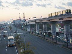 ●マリンパーク駅前歩道橋から@六甲ライナーマリンパーク駅界隈  17:04。 駅前まで戻ってきました。 まだ車両は待機していますね(笑)。 魚崎に戻ります。