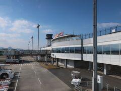 高松空港に無事到着です!。  1時間とちょっとの遅れです。。。