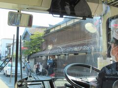 ランチ客が押し寄せる「渋川問屋」の前を通り、