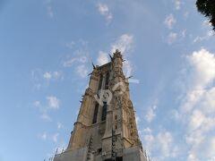 世界遺産「サン・ジャックの塔」 高さ54m。1532年完成のサン・ジャック・ドゥ・ラ・ブシュリー教会の鐘楼部分。フランス革命時に教会は破壊され鐘楼のみ残ったが1836年にパリ市の所有となり、広場と共に改修。「パリのセーヌ河岸」ではなく「フランスのサンティアゴ・デ・コンポステーラの巡礼路」の出発点として1998年に世界遺産に登録。