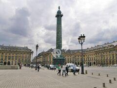 「ヴァンドーム広場」 中央にはアウステルリッツの戦いで入手した鉄砲を使って作られたローマ皇帝カエサル姿のナポレオン1世の高さ44mの円柱。パリで最も高級な広場と呼ばれ、カルティエ本店のほか高級宝飾店、高級ファッションブランド、ハイデラックスホテルが軒を連ねる広場。映画「天使と悪魔」で教授が泊まっていたホテルリッツもこの広場に。