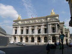 「オペラ座 ガルニエ宮」 ナポレオン3世により1875年完成。設計者名を取りガルニエ宮とも呼ばれる。ネオ・バロック様式。幅125m×奥行き173m×高さ74m。  入ります。ミュージアムパスは使えません。 以下、主要な見学可能な部屋。