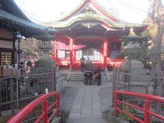 でも、とりあえずお参りします  正式には「大盛寺」というお寺だそうですが、赤い色してたので無意識に神社だと思って二礼二拍でお参りしちゃたかも・・・そういえば鳥居ないけど