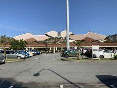 宮古空港に到着いたしました。写真は、宮古空港を駐車場側から見ております。 宮古空港は屋根が独特なことや、ボーディングブリッジが3本あるので、上から見ると「Mの文字」に見えるらしいです。