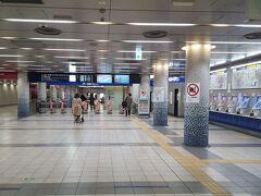 京急の駅も、券売機のディスプレイがさみしく煌々と灯るのみ。