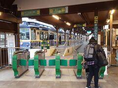 10分で江ノ島着。日曜の午後でこの空きっぷりは、今だけの光景だろうなあ。駅前通りの店も休業中のものが多く、閑古鳥でした。