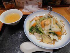 ※第6幕の旅行記はこちらから↓ https://4travel.jp/travelogue/11674051  ホテルに戻って昼寝をして休息をしたあと、夕方6時頃に再出発。 夕食は京都駅伊勢丹の地下1階にある551のイートインスペースでご飯。五目焼きそばとチャーハン(このあとくるよ)を注文。  旅行中にこういうどこでも食べられるような食事をするとお腹がリセットされてなんだか落ち着きますね(笑)