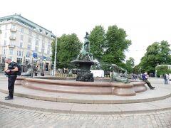 バルト海の乙女の像。 フィンランド人彫刻家ヴィッレ・ヴァルグレーンによるもの。  ヘルシンキってバルト海の乙女と称されていることに因んだ像。  でも意外とショボい・・(個人的な感想です)