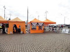 エテラ港のマーケット広場。  生鮮食品から民芸品までさまざまな露店が立ち並ぶエテラ港名物の屋外マーケット。