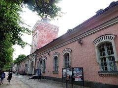 観光案内所ではトイレも完備。 そして、ここには、ロシア時代の兵舎を改築した醸造所で地ビールがおいしいレストラン、スオメンリンナン・パニモなるビアレストランがあったのです(´;ω;`)