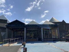 屋久島空港からタクシーを利用して、屋久島自然館へとやってきました。こちらが屋久杉自然館の入口です。