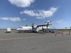 屋久島空港へと到着いたしました。帰りは、屋久島ー福岡へとフライトします。定番のJACのプロペラ機ですが、席数は多い機体でした。