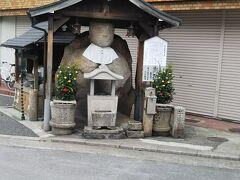 吉田神社を見終わり今出川に出る。その通りを東へ銀閣寺方面に進んでるときに遭遇。街中でなかなかこんな大きい石仏ないから見てほしい。