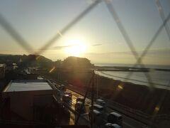腰越海岸に朝が来ました。
