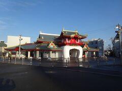 歩いて5分少々の、小田急線・片瀬江ノ島駅にやって来ました。竜宮城を模した駅舎は、昨年竣工したばかり。先代駅舎とは形も違うけど、駅とは思えぬ野暮ったさを見事に受け継いでくれました。