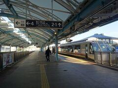 朝の通勤時間帯の東京方面ということで、確実に座れて密も避けられる、ロマンスカーを予約しておきました。片瀬江ノ島発のロマンスカーの本数は少なく、午前中の列車は8時22分発「モーニングウェイ60号」のみです。