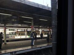 がらがらのまま片瀬江ノ島を発車。藤沢でもさほど乗客は増えず、このあたりだとJRがメインルートなのかなと思います。  藤沢駅では、「湘南ライナー」の姿がチラリ。しかも引退間近の185系電車ではないか! 福岡から事前予約できるなら、あっちに乗ってみたかったです。