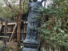銀閣寺の真横にある浄土院。高階栄子の像。右手に浄土に咲く青蓮華(しょうれんげ)をもち、左手に数珠を持ち大文字御精霊送り火を続ける当院とともにみんなの幸せを祈る姿。鎌倉時代の人。