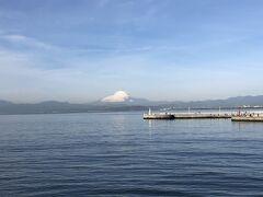 弁天橋の真ん中あたりから。相模湾と富士山。