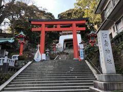 仲見世通りの突き当りにある、江島神社の鳥居。ここを登っていきます。