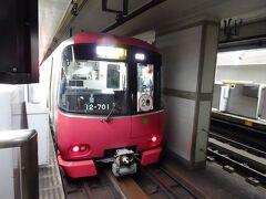 最初の4駅の謎は比較的簡単。 駅を降りては問題を解いて、次にやって来る電車に乗り、駒を進めることができます。