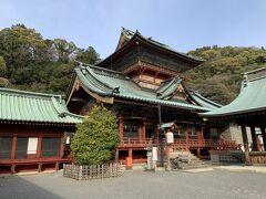 こちらが、神部神社・浅間神社の大拝殿です。大拝殿の後ろにそれぞれの神社の本殿があります。大拝殿ですが、装飾の豪華な感じが、普通の神社とは違うなあと思いました。 この大拝殿は、三代将軍家光公時代に日光東照宮とともに造営された社殿で、その後火災で焼失し、11代将軍家斉公時代に再建されたものだそうです。二階以上ある、重層楼建築が特徴的となっています。もちろん、この建物も重要文化財です。