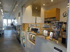 「ほてる汐彩」最寄りのコインランドリーをググったところ、徒歩5分の場所に現れたのがこちら、Baluko Laundry Place 江ノ島。  1~4階はレンタル倉庫になっており、ランドリーは5階です。しかもカフェが併設という、ユニークなコインランドリーでした。