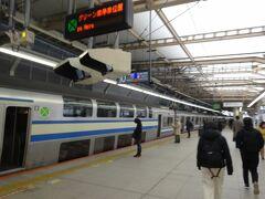 横浜駅で京急に乗り換え。  ホームに上がってみれば、ちょうどエアポート急行が出たばかり。寒いホームで10分待つのも辛いので、急行に抜かれる駅まで各駅停車に乗ってみました。