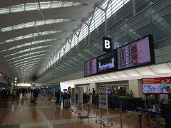羽田空港に到着。第2ターミナルは、非常事態宣言下の平日とあって、シーンとしています。