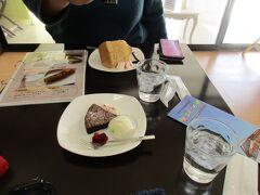 近鉄御所駅前のカフェで小休止。 「青の交響曲」に続き、本日2度目のケーキセットをいただきます。