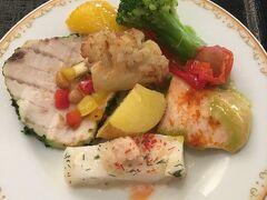 昼食はディズニーランドホテルのレストランを予約しておきました。 シャーウッドガーデンレストランのブッフェです。 希望の料理を取り分けてもらえます。