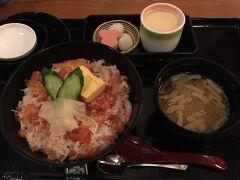 夕食はれすとらん北斎を予約しておきました。 蟹とサーモンといくらのちらし丼 美味しかったです。