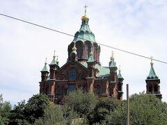 ウスペンスキー寺院。  ヘルシンキ大聖堂からほどない沿岸の丘にそびえ立つもう一つのランドマークが、北欧最大のロシア正教の教会、ウスペンスキー寺院。 黄金の玉ねぎ屋根が乗ったレンガ造りの教会内部は、シンプルなヘルシンキ大聖堂とは対照的な装飾的できらびやかな空間が広がり、圧巻です。