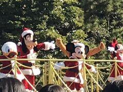 クリスマスコスチュームのグリーティングパレード トゥーンパークで遠くからミッキーに手を振りました。 パレードの通過する時は密にならないように遠くからがいいね。