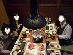 二月生まれの三人と料理がセットされたテーブル