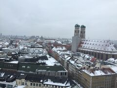 ミュンヘン新市庁舎前にあるペーター教会の展望が絶景と聞き上ることにしました。料金は2ユーロ。ものすごい狭い階段を12階建以上まで登ります。膝腰悪い人は進めません。