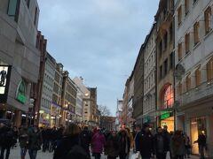 ミュンヘンで一番のショッピング街「カウフィンガー通り」でウインドウショッピングです。