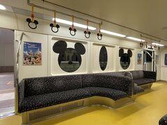 帰りの電車は、朝の、元気が出るミッキーカラーの電車とは違ってシックな内装です。