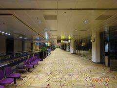 シンガポール・チャンギ空港に到着しましたが、深夜ですので人も少なく閑散としています