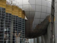 「湘南台文化センター」のプラネタリウムの形は地球儀の様で車道からでも目立っていたのだが近づくと巨大さを実感。