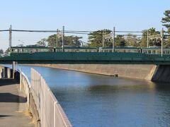 少し歩くと江ノ電の陸橋の上を丁度電車が通過するところだった。橋と電車が同系色