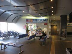 境港フェリーターミナルの中に入ってみました 一階に回転寿し店があり早めの昼にするか後にするか悩んで後にすることにしました