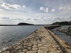 波止場。 江戸時代に造られた石積みの波止が、城の城壁のように残っており、鞆の浦を包み込むように延びている。