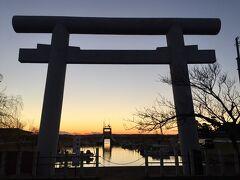 夕日が綺麗な時間帯に 丁度、息栖神社の鳥居へ^ ^
