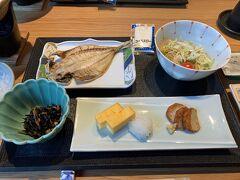 宿の朝食です。お魚美味しかったです。