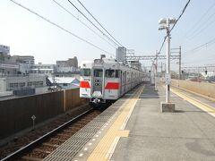 散歩の起点は明石駅より1つ手前の人丸前駅。滅多に乗らない山陽電車で須磨海岸や明石海峡大橋などの展望を楽しみつつ正午過ぎに到着し、乗ってきた電車をパチリ。