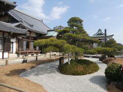 柿本神社のすぐ隣にあるのが月照寺さん。 弘法大師空海が創建した古寺をルーツに持つ曹洞宗の寺院で、小ぶりながら整えられた庭が印象的。